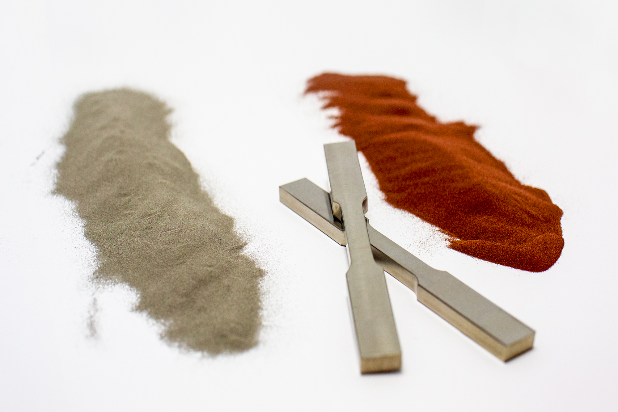 Titanium and copper powder with 3D printed bars. Photo via RMIT.