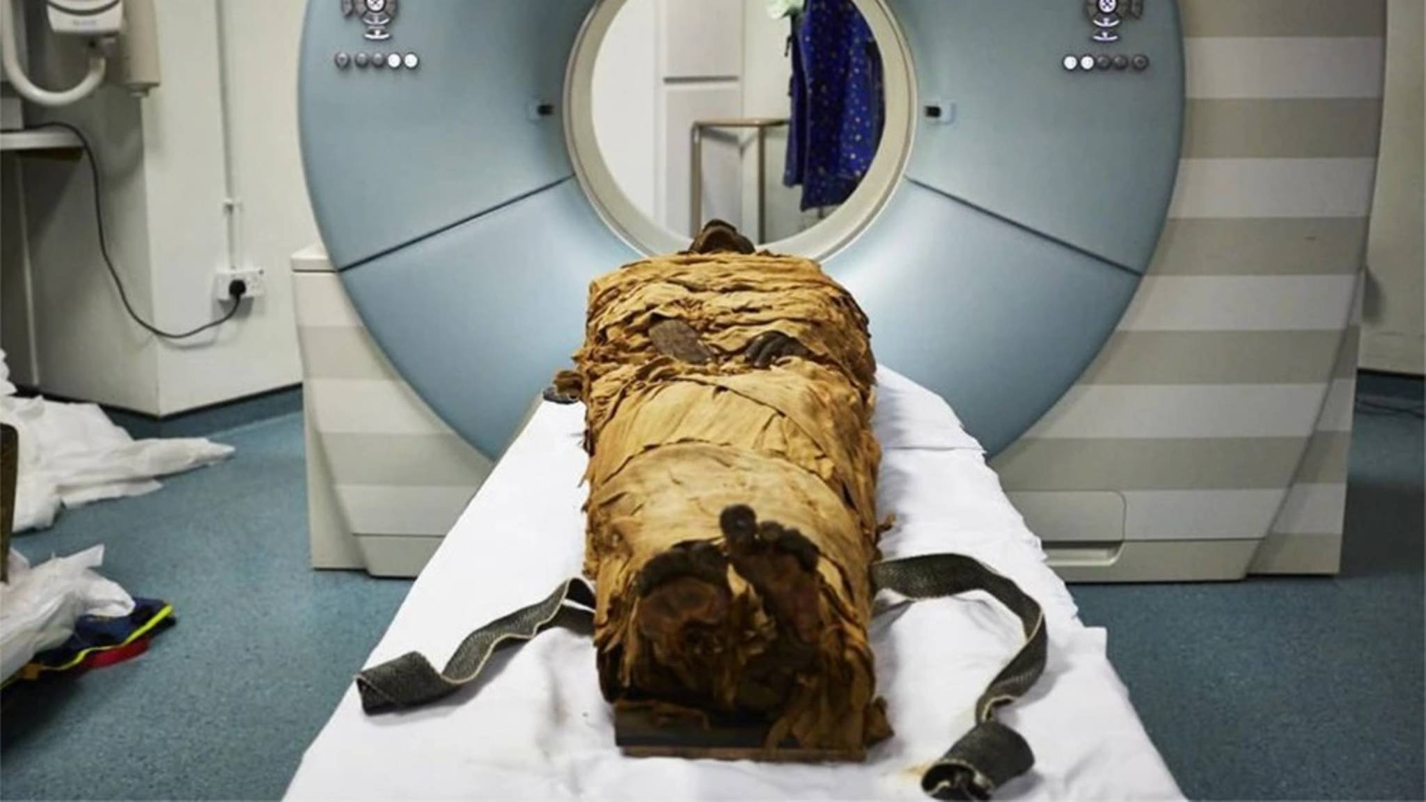 The mummified body of Nesyamun laid on the couch to be CT scanned at Leeds General Infirmary. Photo via Leeds Teaching Hospitals/Leeds Museums and Galleries.