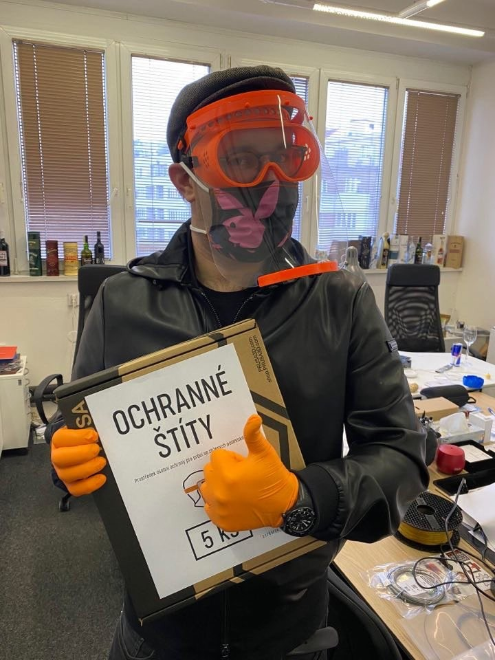 A freshly shaven Jo Prusa wearing the medical shield and googles. Photo via Jo Prusa.