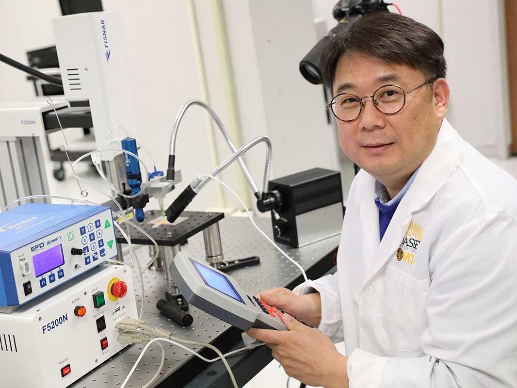 Le professeur adjoint Joung a déclaré que la technique pourrait être utilisée pour tester des médicaments contre le cancer. Photo via VCU.
