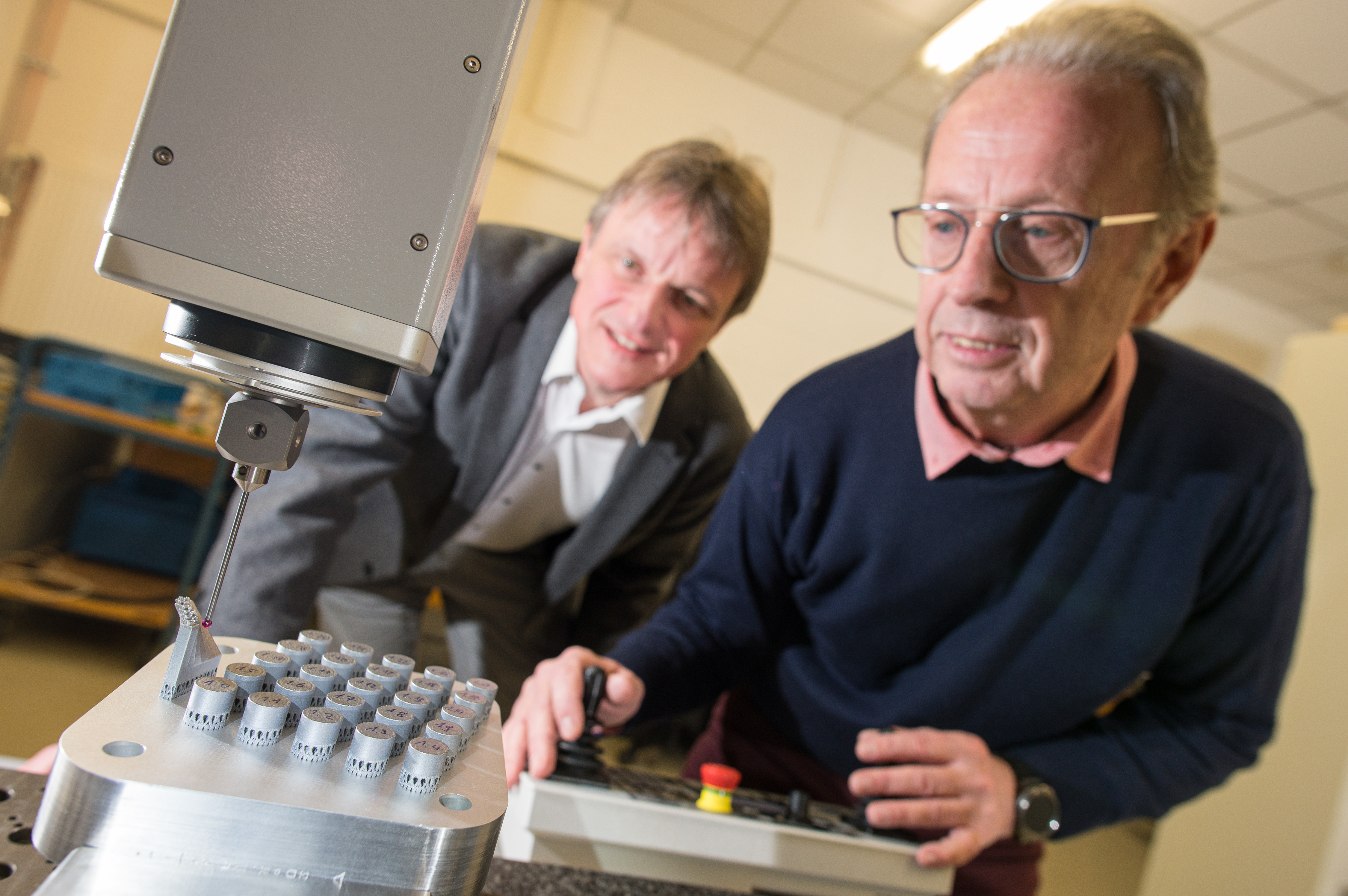 Professor Dirk Bähre (l., here with Stefan Wilhelm from his research group) and his research team at Saarland University. Photo via Saarland University.