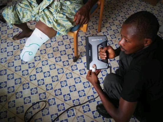 Throy is one of the physical therapists at Masanga Hospital. He learned how to use the EinScan Pro 2X Plus scanner. Photo via 3D Sierra Leone.