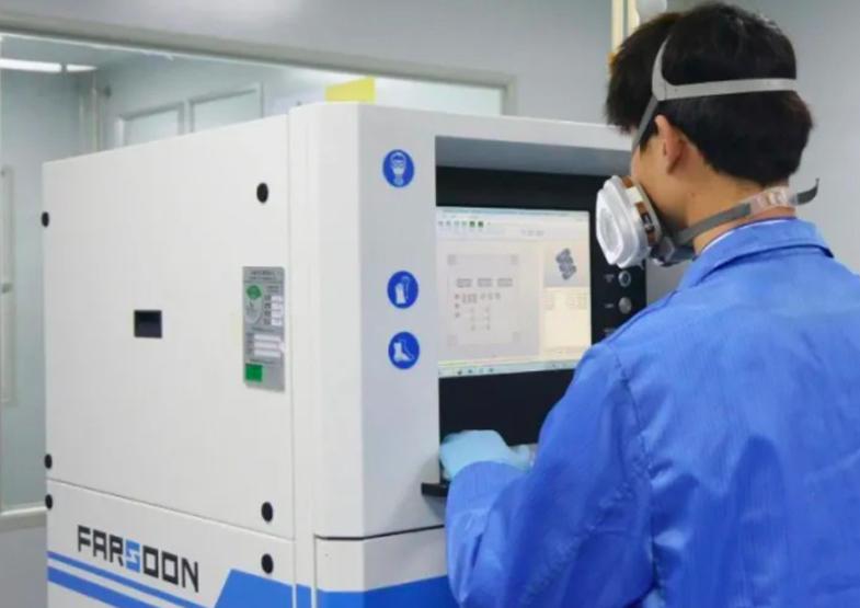 An engineer using a Farsoon 3D printer.