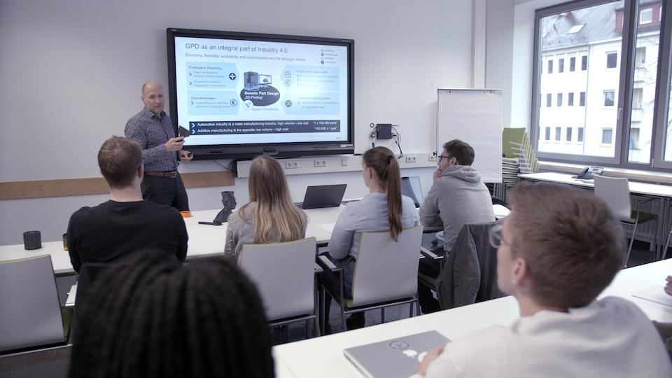 A 3D printing class at HsKA. Photo via HsKA.