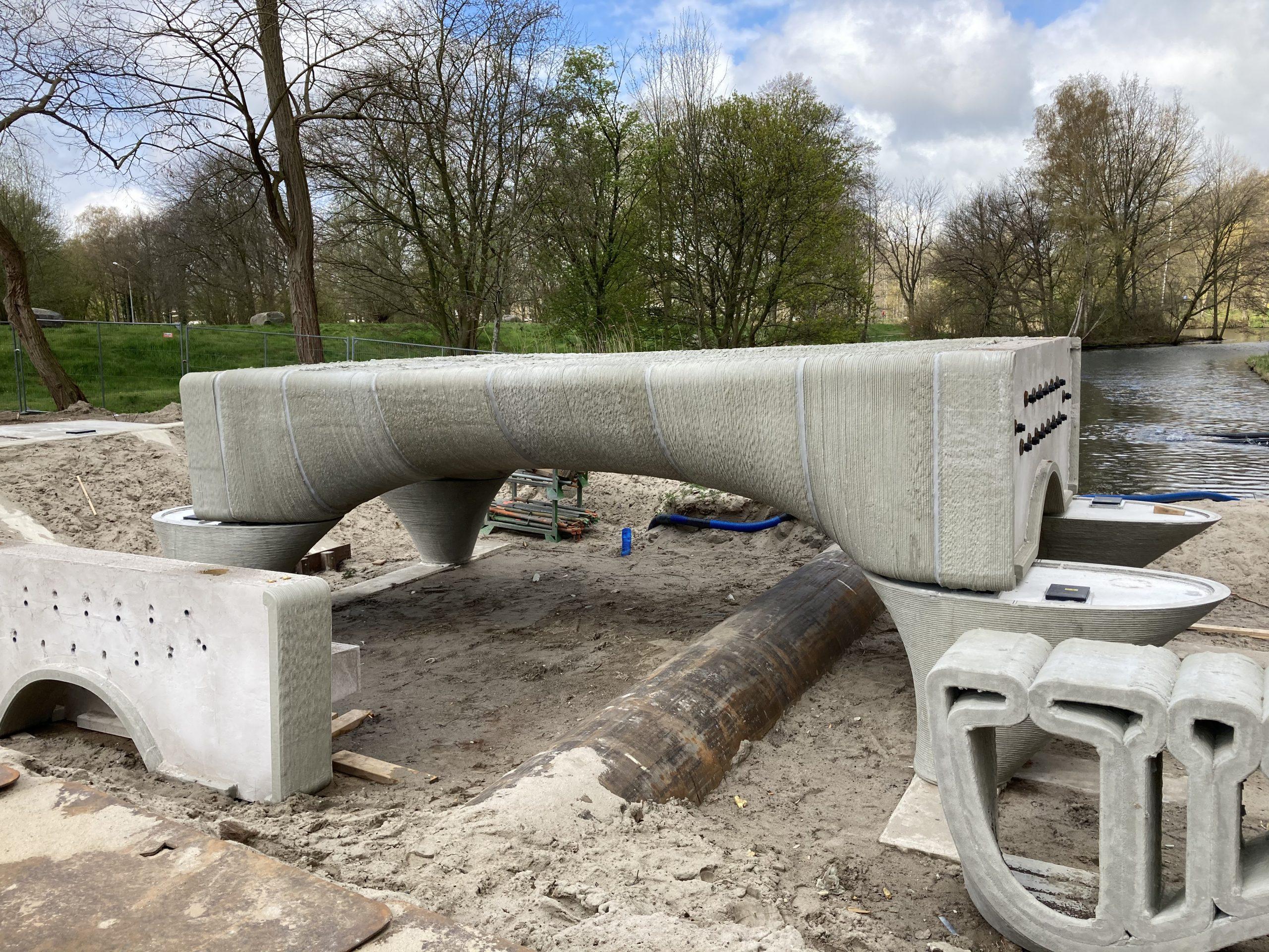 Assembling the 3D printed concrete bridge. Photo via Municipality of Nijmegen/Michiel van der Kley.