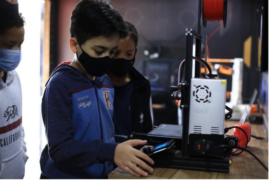 A Brazilian student using a Creality 3D printer.